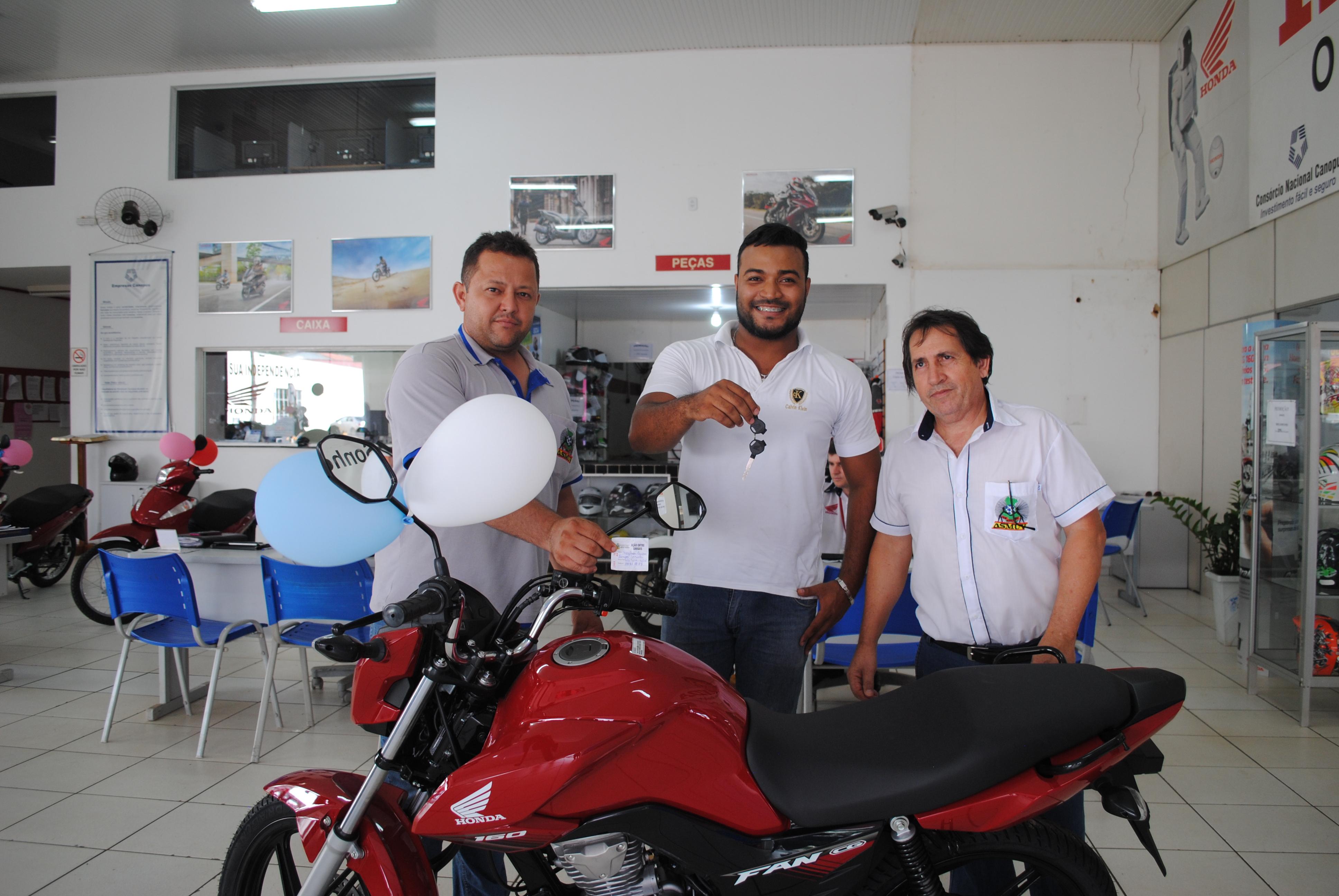 Ganhador da moto 0KM na Festa do Servidor recebe chaves